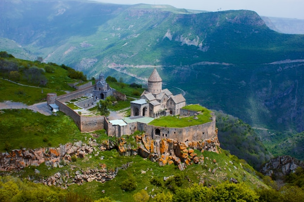 Oud klooster in ondergaande zon. tatev. armenië Premium Foto
