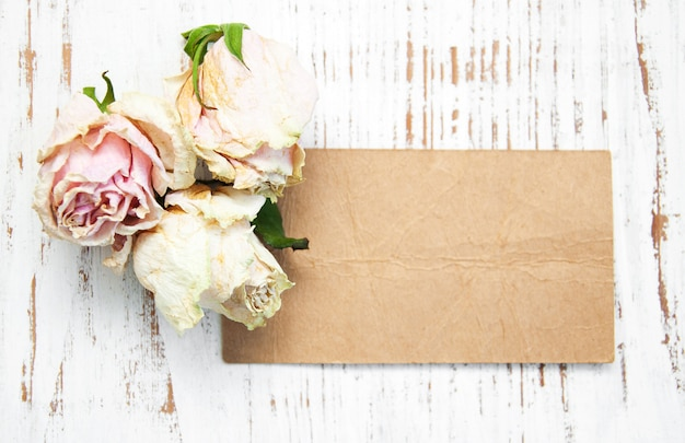 Oud papier met gedroogde rozen Premium Foto