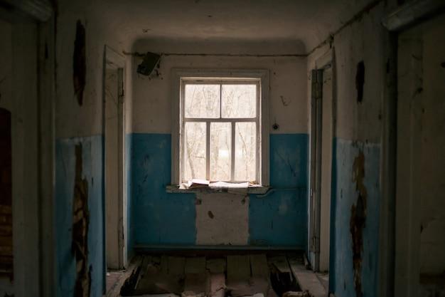 Oud verwoest huis in pripyat in tsjernobyl Premium Foto