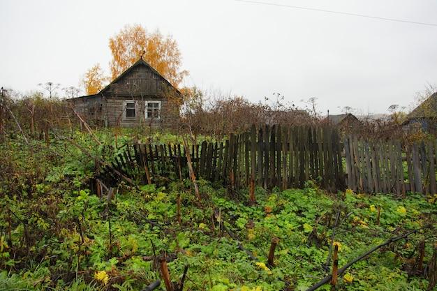 Oud, verwoest huis op het platteland. Premium Foto