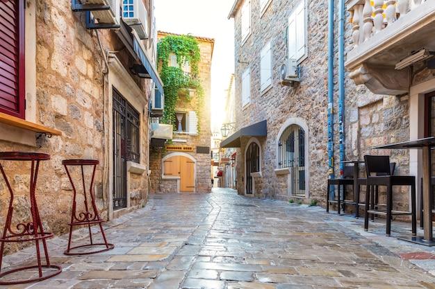 Oude binnenstad van budva en traditionele gebouwen van montenegro. Premium Foto