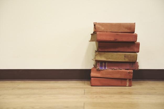 Oude boeken op houten vloer boekstapel in de bibliotheekruimte voor zaken en onderwijs terug naar school Premium Foto
