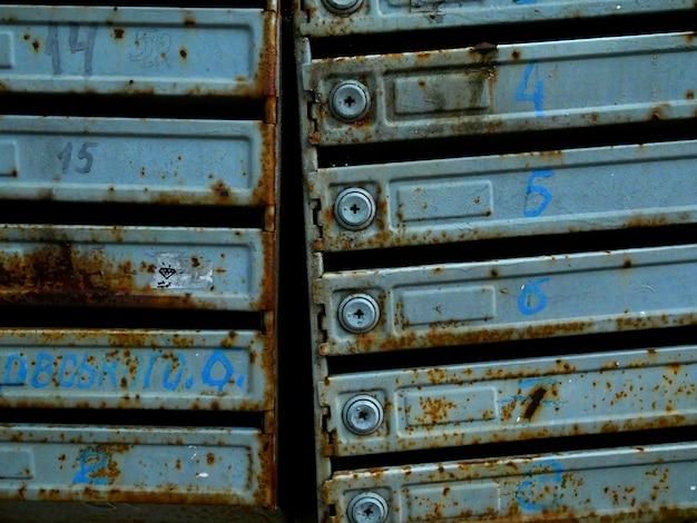 Oude brievenbussen in een flatgebouw. roest en textuur Premium Foto