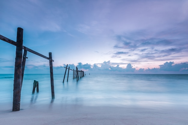 Oude brug bij pilai-strand, het district van takua thung, phang-nga, thailand. Premium Foto