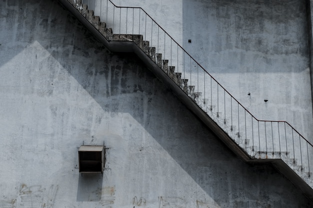 Oude buiten betonnen trap Gratis Foto