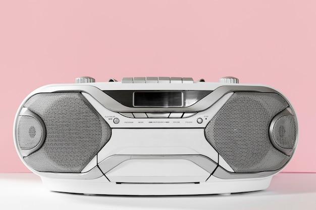 Oude cassettespeler met roze achtergrond Premium Foto