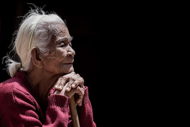 Oude dame op zwarte backgrouns Premium Foto