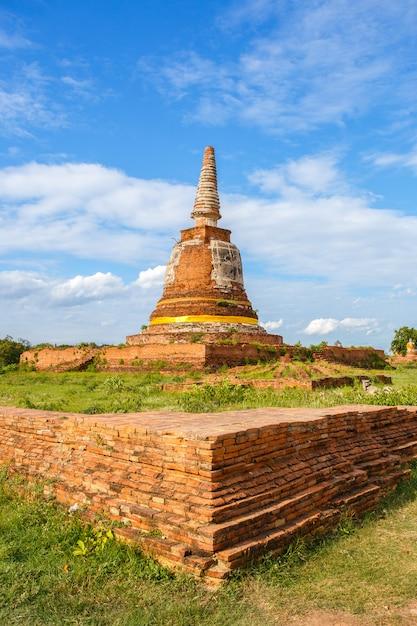 Oude de pagodetempel van boedha met bewolkte hemel in ayuthaya thailand Premium Foto