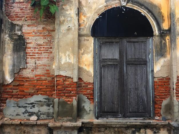 Oude deur en raam van bakstenen gebouw Premium Foto