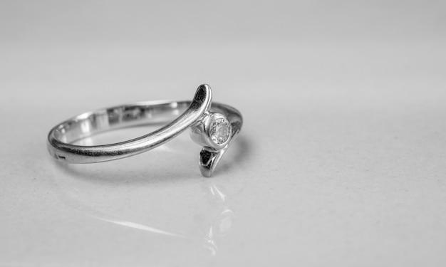 Oude diamanten ring op wazig marmeren vloer Premium Foto