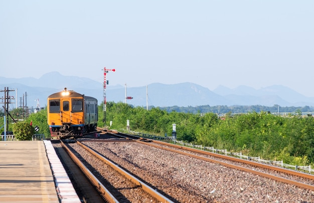 Oude dieselmotor met meerdere eenheden van de lokale trein arriveert op het station in de noordoostelijke lijn, thailand. Premium Foto
