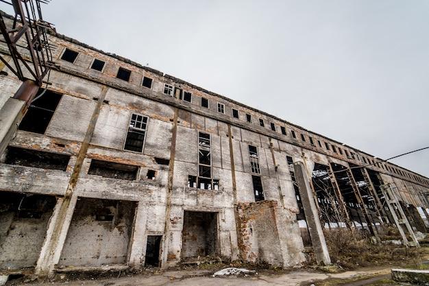 Oude fabrieksruïne en kapotte ramen. industrieel gebouw voor sloop. Premium Foto
