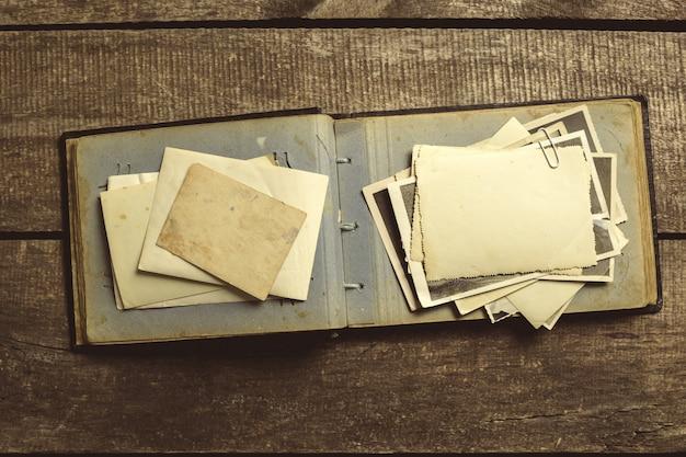 Oude foto's op de houten tafel Premium Foto