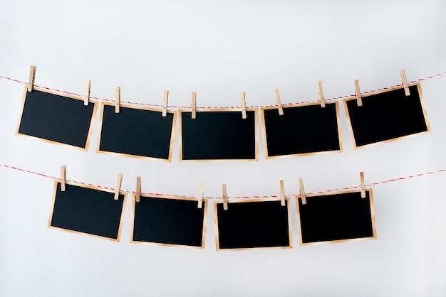 Oude foto's opknoping op touw op witte achtergrond Premium Foto