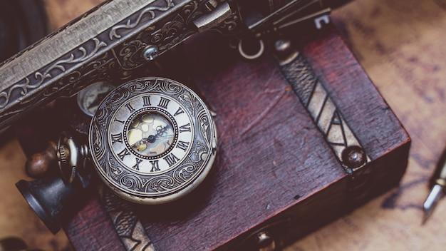 Oude gegraveerde horloge hanger Premium Foto