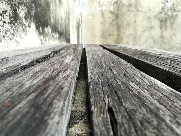 Oude houten vloer en oude concrete muur dichte omhooggaand als achtergrond Premium Foto