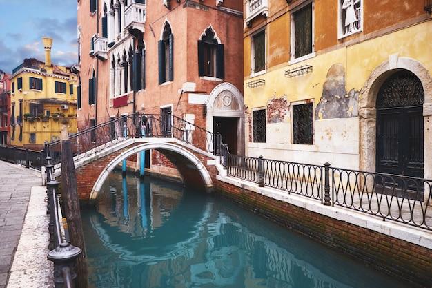 Oude huizen en brug over kanaal in centraal venetië Premium Foto