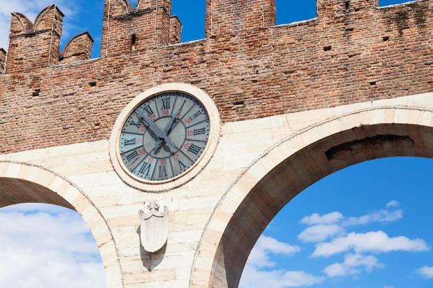 Oude klok van de middeleeuwse porta nuova, poort naar de oude stad van verona. piazza bra in verona. regio veneto, italië. Premium Foto