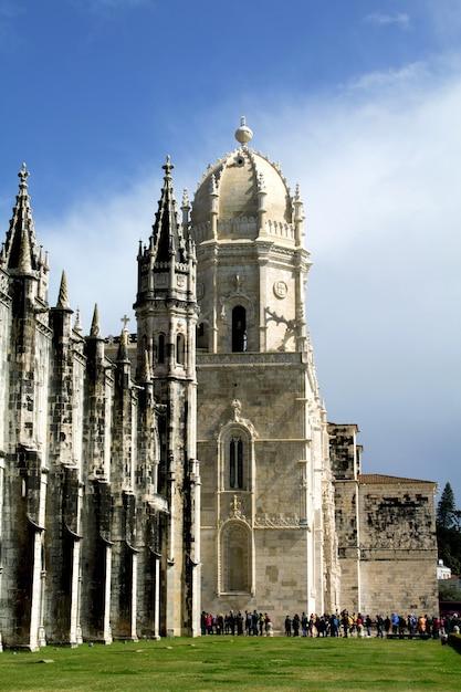 Oude kloostergebouw en draai van toeristen. lissabon. portugal Premium Foto
