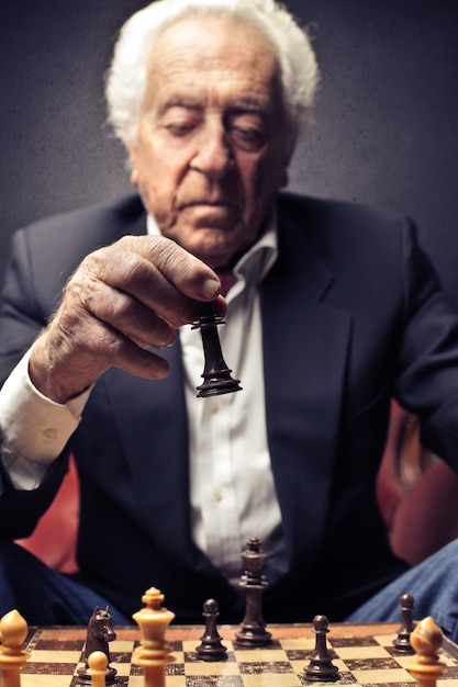 Oude man aan het schaken Premium Foto