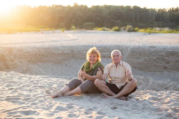 Oude man en oude vrouw als een paar in de zomer in de zon, senior paar ontspannen in de zomer. gezondheidszorg levensstijl ouderen pensioen liefde paar samen Premium Foto