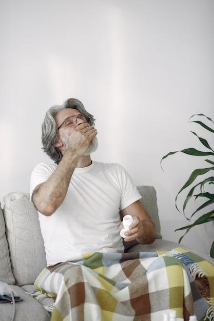 Oude man met pillen in de hand. gezondheidszorg, behandeling, veroudering concept. Gratis Foto
