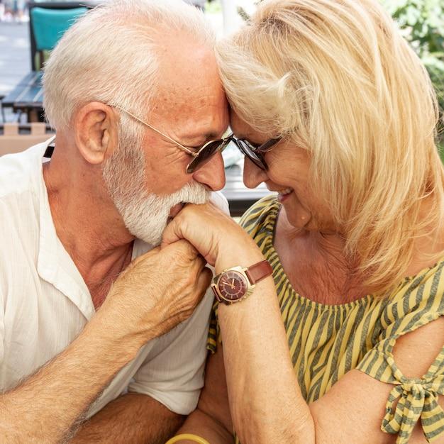 Oude man zoenen dames hand Gratis Foto