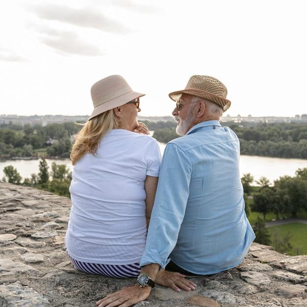 Oude mensen kijken elkaar tijdens het bespreken aan Gratis Foto