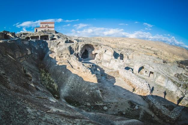 Oude orthodoxe kerk in antieke grot stad uplistsikhe, georgië Gratis Foto