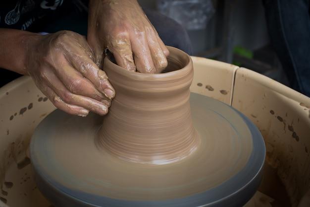 Oude pottenbakker die een nieuwe ceramische pot creeert Premium Foto