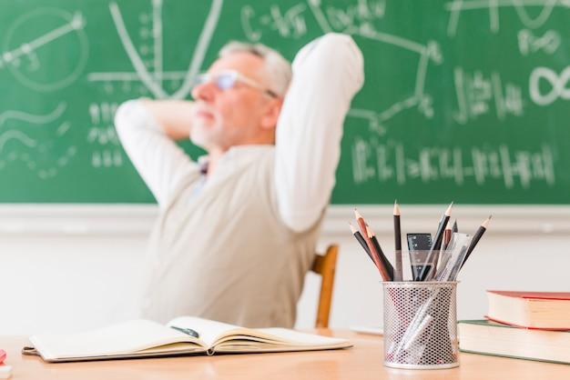 Oude professor die in lezingsruimte rust Gratis Foto