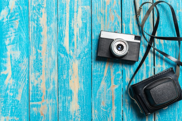 Oude retro camera op houten tafel achtergrond Premium Foto