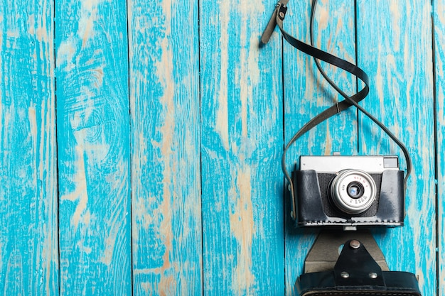 Oude retro camera op houten tafel Premium Foto
