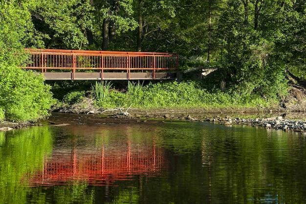 Oude rode brug over de rivier Gratis Foto