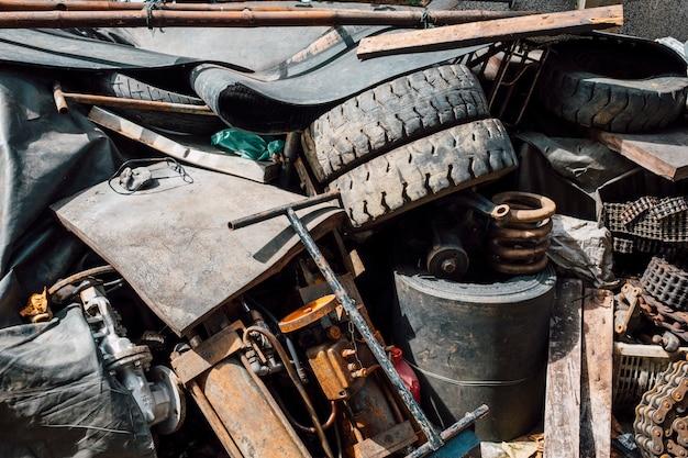 Oude roestige rommel en afval van staal en rubber Gratis Foto