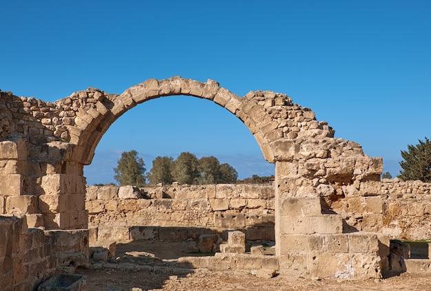 Oude romeinse bogen, het archeologische park van paphos in cyprus Premium Foto