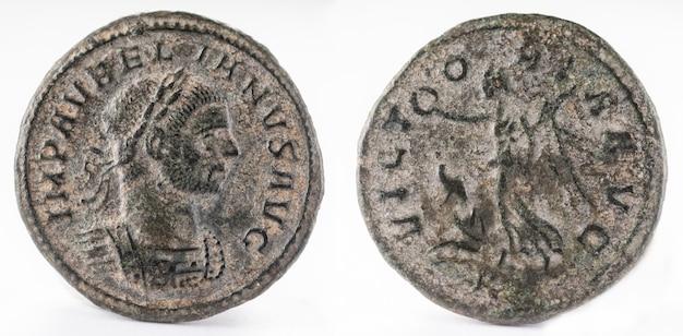 Oude romeinse koperen munt van keizer aureliaan. denarius. Premium Foto