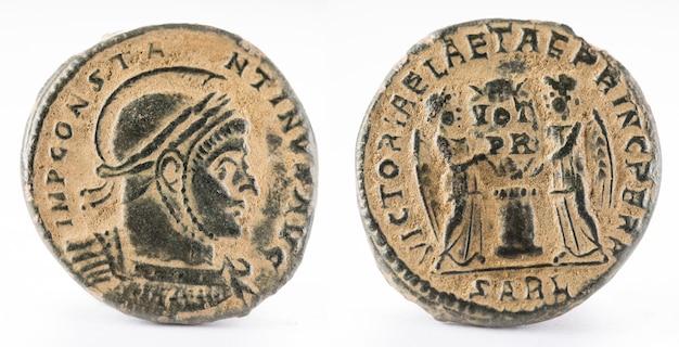Oude romeinse koperen munt van keizer constantinus i magnus. Premium Foto
