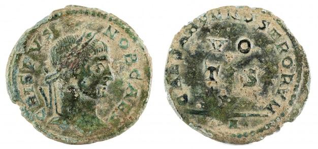 Oude romeinse koperen munt van keizer crispus. Premium Foto