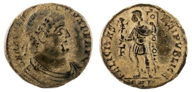 Oude romeinse koperen munt van keizer magnentius. Premium Foto