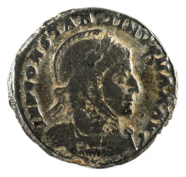 Oude romeinse munt van keizer constantijn i magnus. Premium Foto