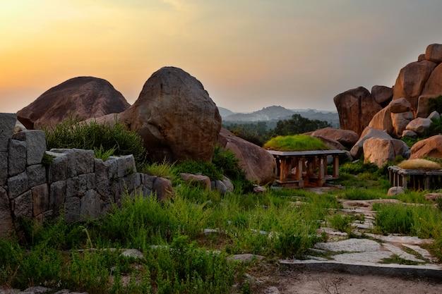 Oude ruïnes van hampi op zonsondergang. india Premium Foto