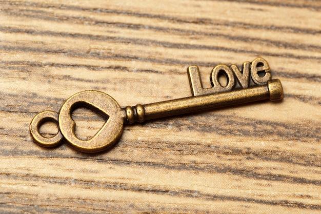 Oude sleutel op houten tafel Premium Foto