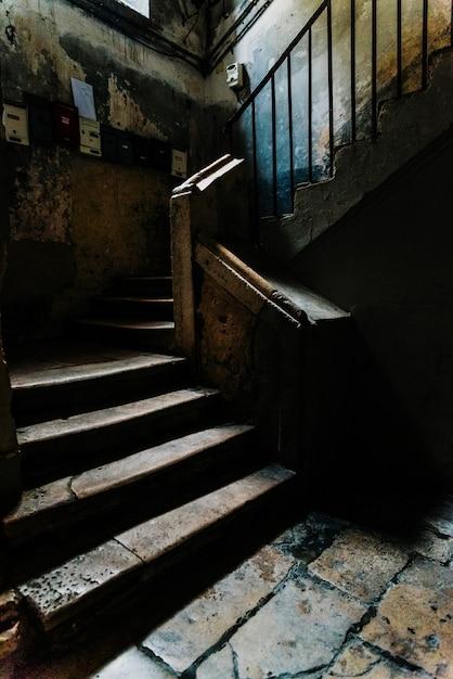 Oude steentreden in het donkere atrium van een niet meer gebruikt gebouw in het oude deel van bari, italië. Premium Foto