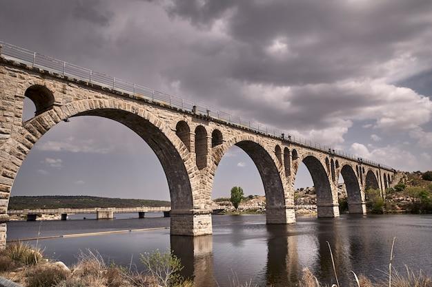 Oude stenen brug voor spoorweg Premium Foto