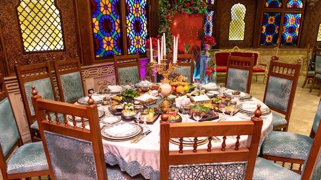 Oude stijl restaurant eten maaltijd tafel Premium Foto