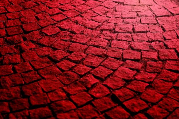 Oude straatstenen bij nacht in rood licht Premium Foto