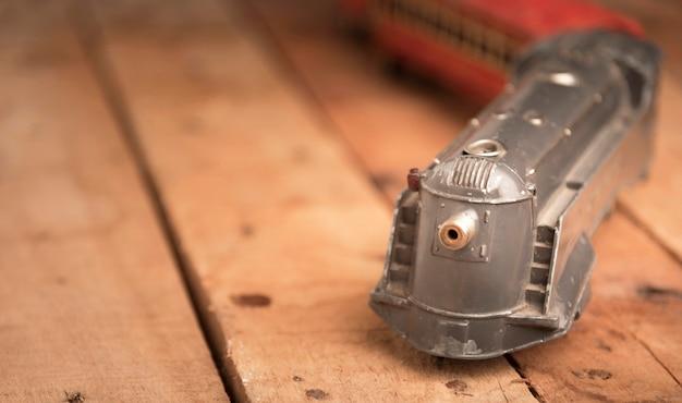 Oude stuk speelgoed trein op houten lijst Gratis Foto