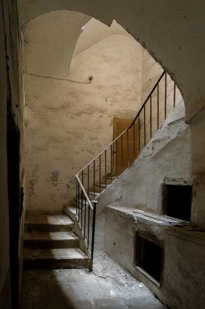 Oude trap gezien tussen de schaduwen Premium Foto