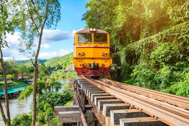 Oude trein die op houten spoorweg in tham krasae loopt Premium Foto
